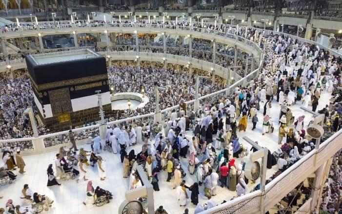 Masjidil Haram masa kini. Bertingkat tiga untuk menampung jumlah jemaah agar tetap dalam keseimbangan, tidak membeludak di satu titik.